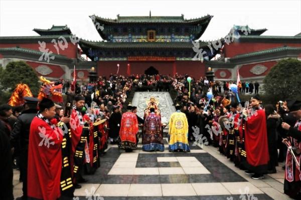 Ngày Thần Tài Trung Quốc: Thần Tài nghiêng ngả, mất râu, mất mũ khi người dân giành giật, tranh nhau xin vía vái cho cả năm - Ảnh 4.