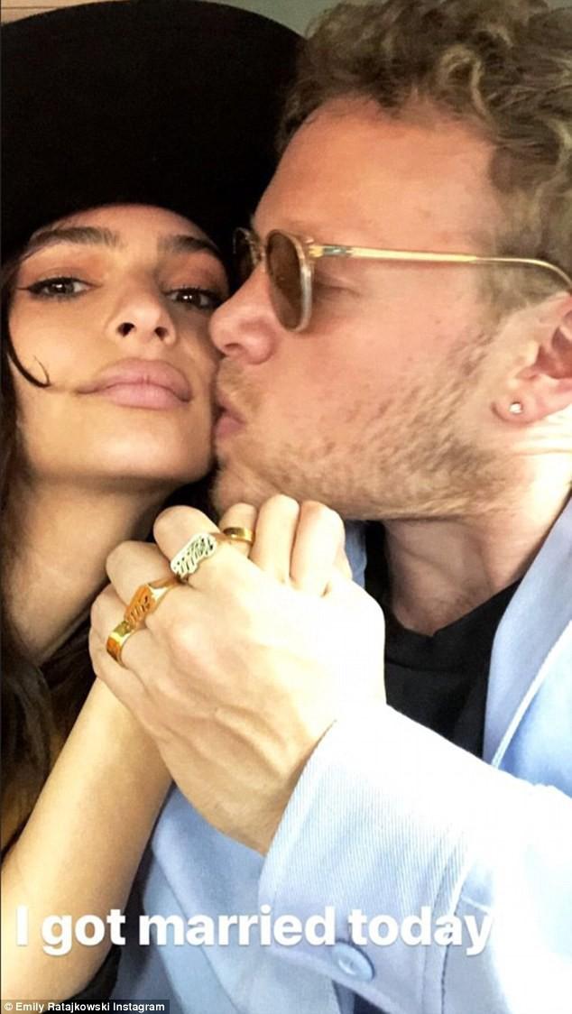 Không váy cưới lộng lẫy, mỹ nhân siêu vòng 1 Emily Ratajkowski bình dân với bộ suits cưới của Zara giá hơn 4 triệu đồng - Ảnh 1.