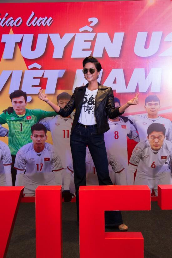 Học ngay kỹ nghệ kéo dài chân của Hoa hậu HHen Niê: đã mặc quần là phải quần cạp cao - Ảnh 3.