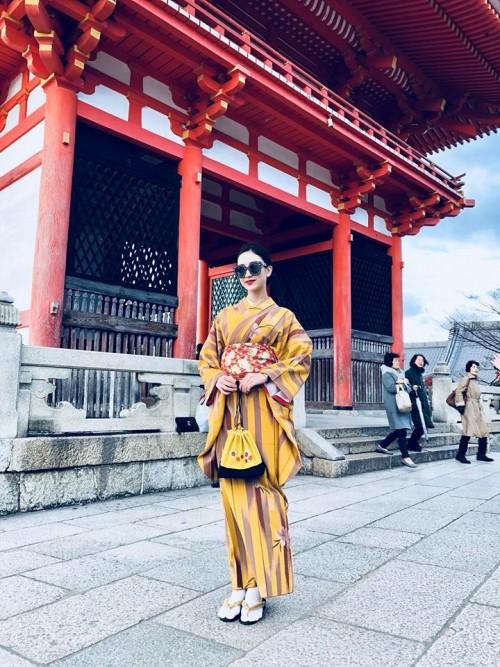 'Thánh đụng hàng' Hà Thu khoe street style lạ lẫm với kimono ở Nhật Bản - Ảnh 1.