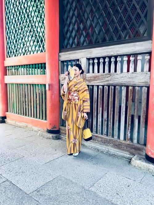 'Thánh đụng hàng' Hà Thu khoe street style lạ lẫm với kimono ở Nhật Bản - Ảnh 2.