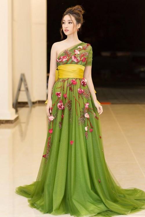'Người đẹp vì lụa' quả không sai! Đỗ Mỹ Linh trở thành biểu tượng thời trang Việt nhờ loạt váy áo này - Ảnh 12.