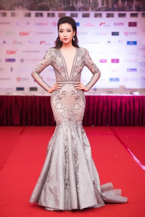 'Người đẹp vì lụa' quả không sai! Đỗ Mỹ Linh trở thành biểu tượng thời trang Việt nhờ loạt váy áo này - Ảnh 4.
