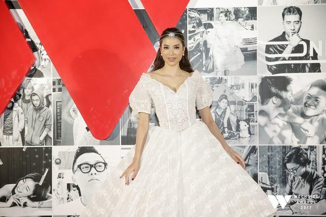 Diện đầm phát sáng, Phạm Hương chính là công chúa sáng nhất Gala WeChoice Awards 2017 theo cả nghĩa đen lẫn nghĩa bóng - Ảnh 2.