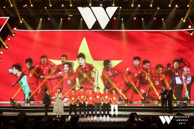 Nguồn cảm hứng màu đỏ từ U23 Việt Nam khiến sân khấu WeChoice Awards bùng nổ - Ảnh 2.
