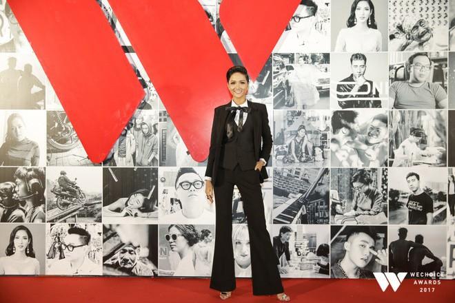 Không diện váy vóc điệu đà, HHen Niê và Kỳ Duyên vẫn tỏa sáng rực rỡ trên thảm đỏ Wechoice Awards 2017 - Ảnh 1.