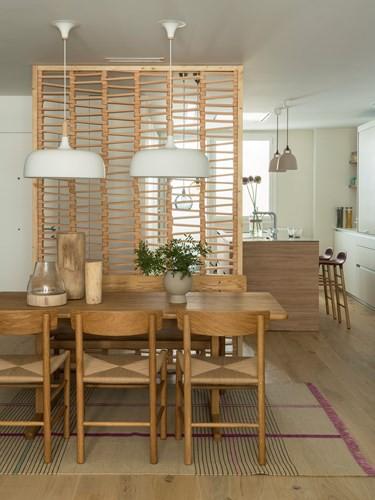 Căn hộ ấm áp nhờ biết cách sử dụng nội thất gỗ - Ảnh 7.