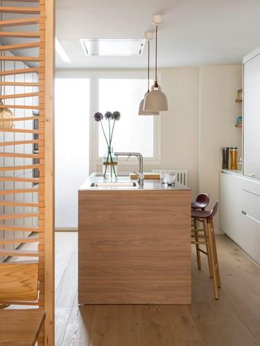 Căn hộ ấm áp nhờ biết cách sử dụng nội thất gỗ - Ảnh 8.
