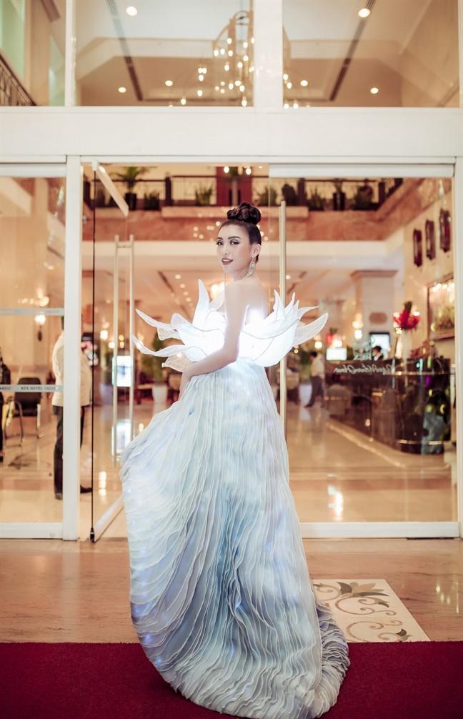 Không ánh kim hay đính đá nữa, giờ muốn nổi bật trên thảm đỏ các người đẹp Việt chọn đầm phát sáng  - Ảnh 15.