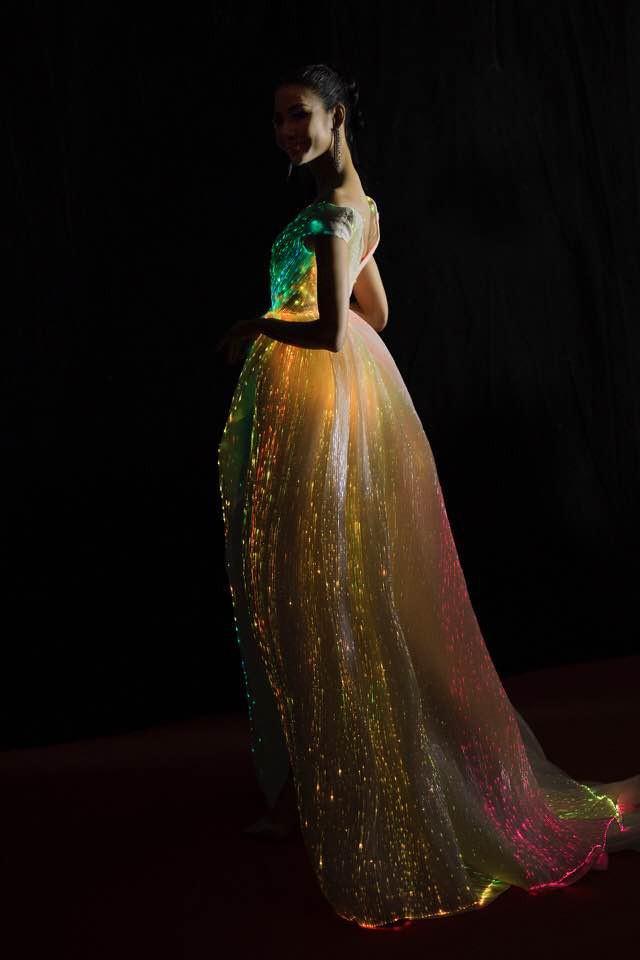 Không thích một màu, Hoàng Thùy chơi trội hơn hẳn Phạm Hương với đầm phát sáng bảy sắc cầu vồng - Ảnh 4.