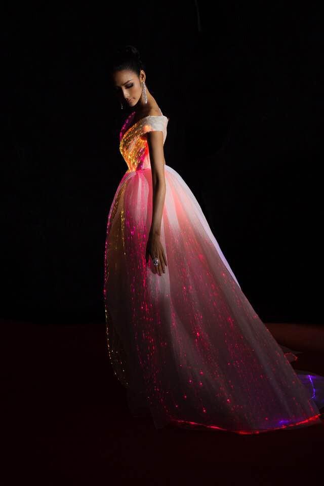 Không thích một màu, Hoàng Thùy chơi trội hơn hẳn Phạm Hương với đầm phát sáng bảy sắc cầu vồng - Ảnh 5.