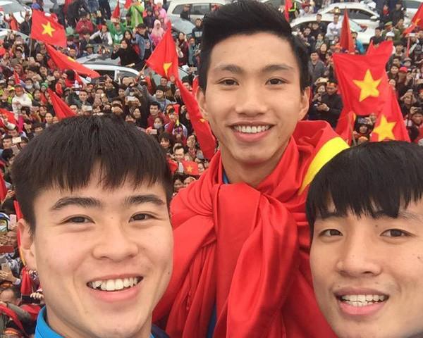 Những bức ảnh chứng minh: Dù cho vật đổi sao dời, 3 cầu thủ U23 này chỉ có một biểu cảm selfie duy nhất - Ảnh 6.