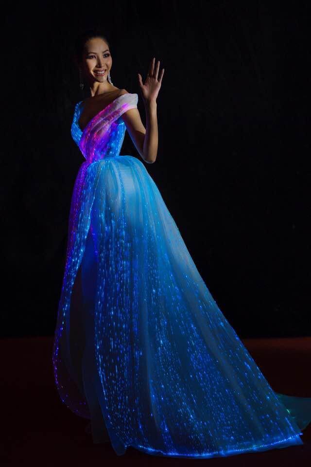 Không ánh kim hay đính đá nữa, giờ muốn nổi bật trên thảm đỏ các người đẹp Việt chọn đầm phát sáng - Ảnh 11.