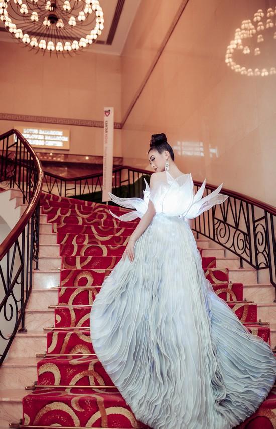 Không ánh kim hay đính đá nữa, giờ muốn nổi bật trên thảm đỏ các người đẹp Việt chọn đầm phát sáng - Ảnh 17.