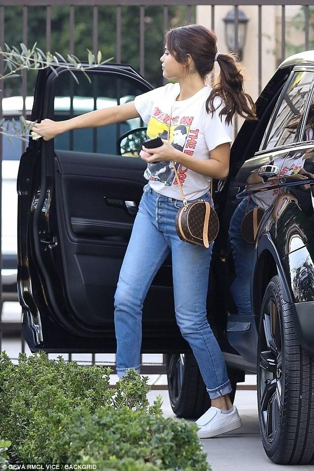 Đâu chỉ Selena Gomez, cả loạt tín đồ thời trang thế giới cũng đang mê đắm mẫu túi đắt đỏ này - Ảnh 5.