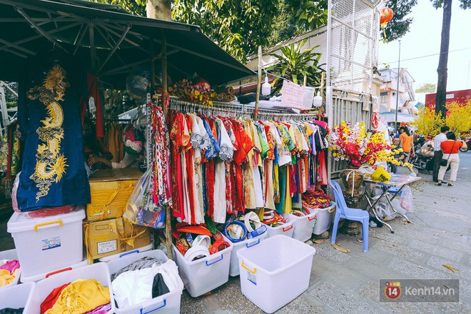 Nhiều người kiếm tiền triệu mỗi ngày nhờ cho thuê áo dài Tết chụp hình tại phố ông đồ Sài Gòn - Ảnh 7.