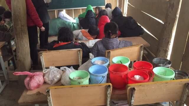 Clip: Nhói lòng bữa trưa chỉ có cơm trắng đựng trong túi bóng giữa ngày lạnh giá của các em học sinh Điện Biên - Ảnh 4.