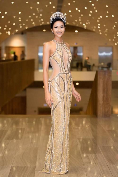 H'Hen Niê xuất hiện tựa 'nữ thần' với váy áo xuyên thấu gợi cảm tại sự kiện - Ảnh 1.