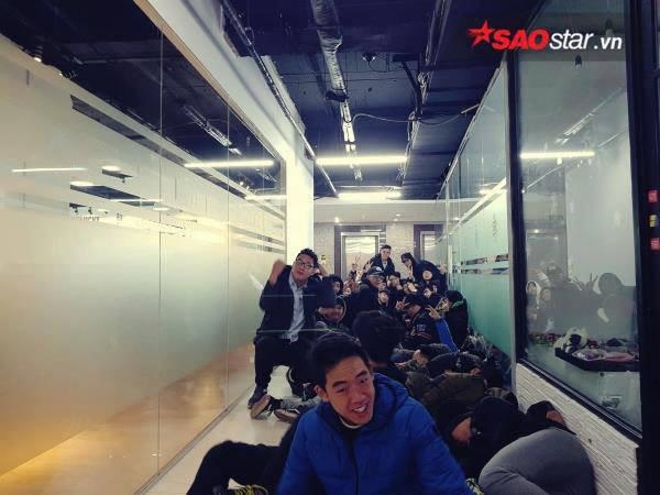Ngày cuối năm, giới trẻ Hà Nội mang chăn chiếu ngủ ngoài hành lang để chờ 'săn' đồ thời trang vừa 'ra lò' - ảnh 1