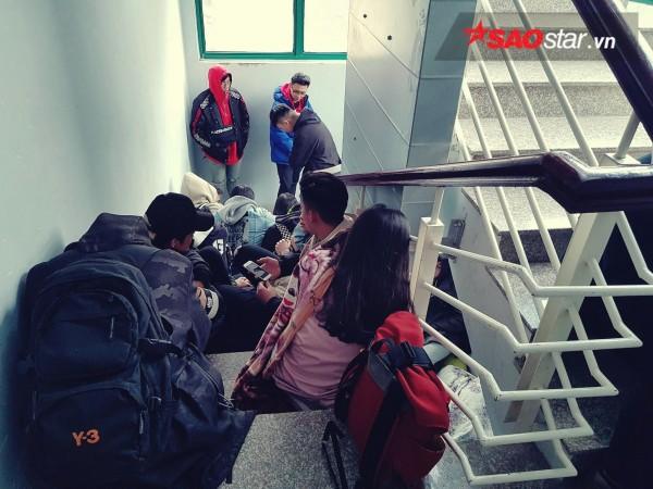 Ngày cuối năm, giới trẻ Hà Nội mang chăn chiếu ngủ ngoài hành lang để chờ 'săn' đồ thời trang vừa 'ra lò' - ảnh 2