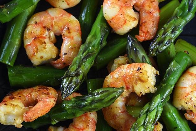 Nghiên cứu gây sốc: Măng tây, hải sản khiến ung thư vú di căn nhiều hơn - Ảnh 1.
