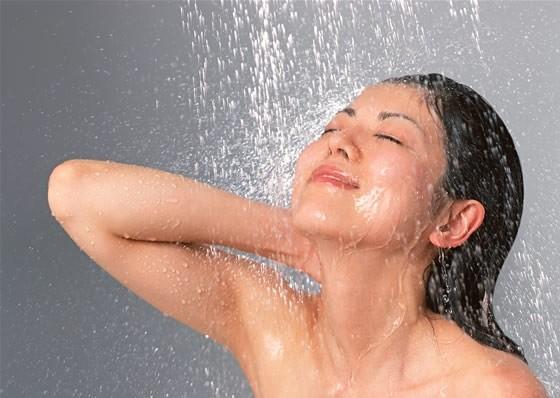 Thói quen nguy hại cần tránh khi tắm bằng vòi hoa sen - Ảnh 1.