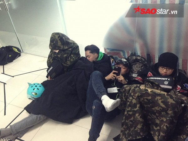 Ngày cuối năm, giới trẻ Hà Nội mang chăn chiếu ngủ ngoài hành lang để chờ 'săn' đồ thời trang vừa 'ra lò' - ảnh 3