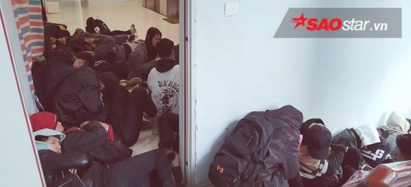 Ngày cuối năm, giới trẻ Hà Nội mang chăn chiếu ngủ ngoài hành lang để chờ 'săn' đồ thời trang vừa 'ra lò' - ảnh 4