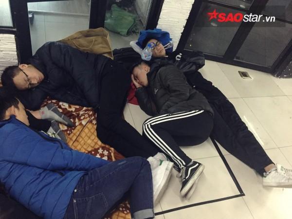 Ngày cuối năm, giới trẻ Hà Nội mang chăn chiếu ngủ ngoài hành lang để chờ 'săn' đồ thời trang vừa 'ra lò' - ảnh 5