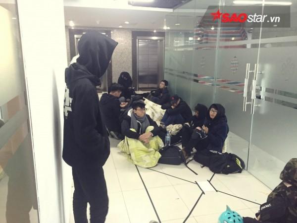 Ngày cuối năm, giới trẻ Hà Nội mang chăn chiếu ngủ ngoài hành lang để chờ 'săn' đồ thời trang vừa 'ra lò' - ảnh 6