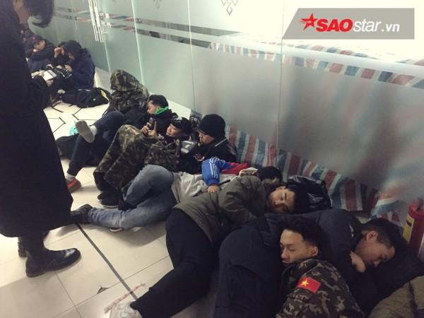Ngày cuối năm, giới trẻ Hà Nội mang chăn chiếu ngủ ngoài hành lang để chờ 'săn' đồ thời trang vừa 'ra lò' - ảnh 7