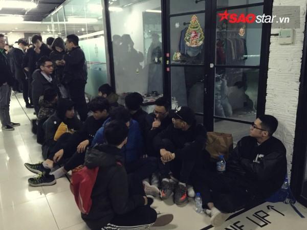 Ngày cuối năm, giới trẻ Hà Nội mang chăn chiếu ngủ ngoài hành lang để chờ 'săn' đồ thời trang vừa 'ra lò' - ảnh 8
