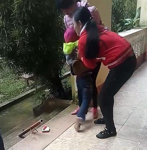 Ở với bố từ nhỏ, bé gái khóc thét khi mẹ quay về đón sau 6 năm bỏ đi - Ảnh 3.