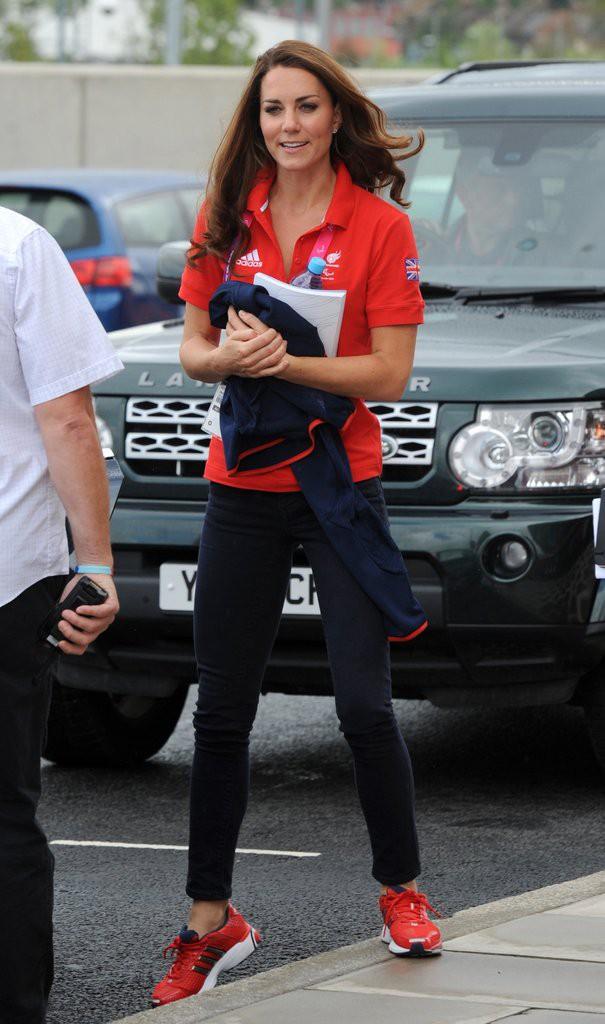Diện đi diện lại mãi không chán, đây đích thị là những đôi sneaker được Công nương Kate yêu thích nhất - Ảnh 3.