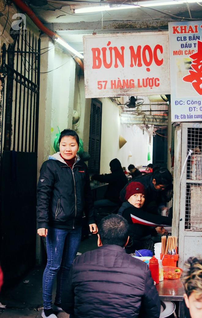 Quán bún mọc hơn 30 năm tuổi, giá siêu bình dân dù ở giữa phố cổ Hà Nội - Ảnh 1.