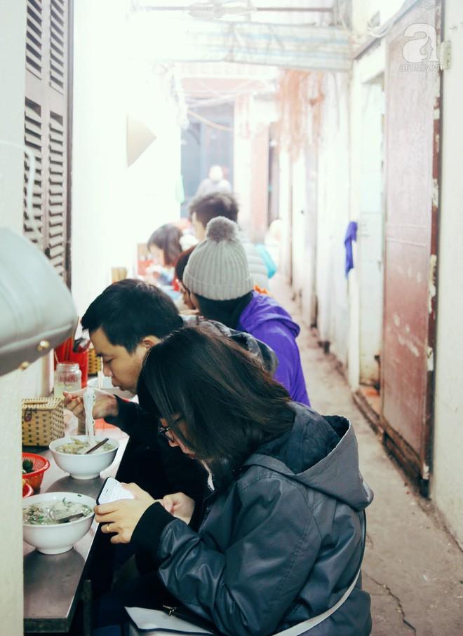 Quán bún mọc hơn 30 năm tuổi, giá siêu bình dân dù ở giữa phố cổ Hà Nội - Ảnh 5.