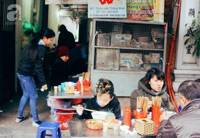 Quán bún mọc hơn 30 năm tuổi, giá siêu bình dân dù ở giữa phố cổ Hà Nội - Ảnh 4.