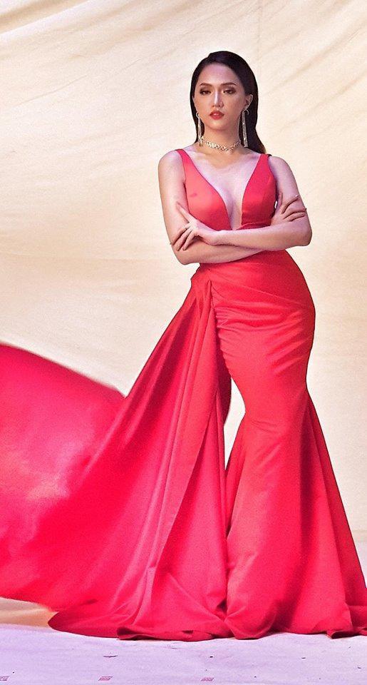 Kém may mắn cho đại diện Mỹ tại cuộc thi Hoa hậu chuyển giới, mặc đầm dạ hội lại để miếng dán ngực lộ rõ thế này - Ảnh 4.