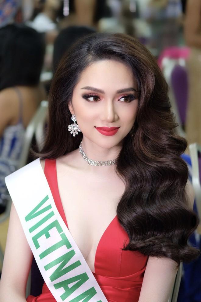 Chỉ dùng son đỏ và son cam mà Hương Giang vẫn cứ tỏa sáng ngời ngời tại Hoa hậu Chuyển giới Quốc tế 2018 - Ảnh 2.