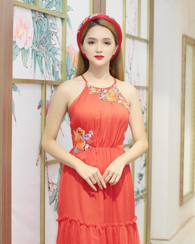 Nhìn vào tủ đồ 80% là màu đỏ của Hương Giang, ai cũng sẽ nghĩ màu đỏ sinh ra là để dành cho nàng - Ảnh 5.