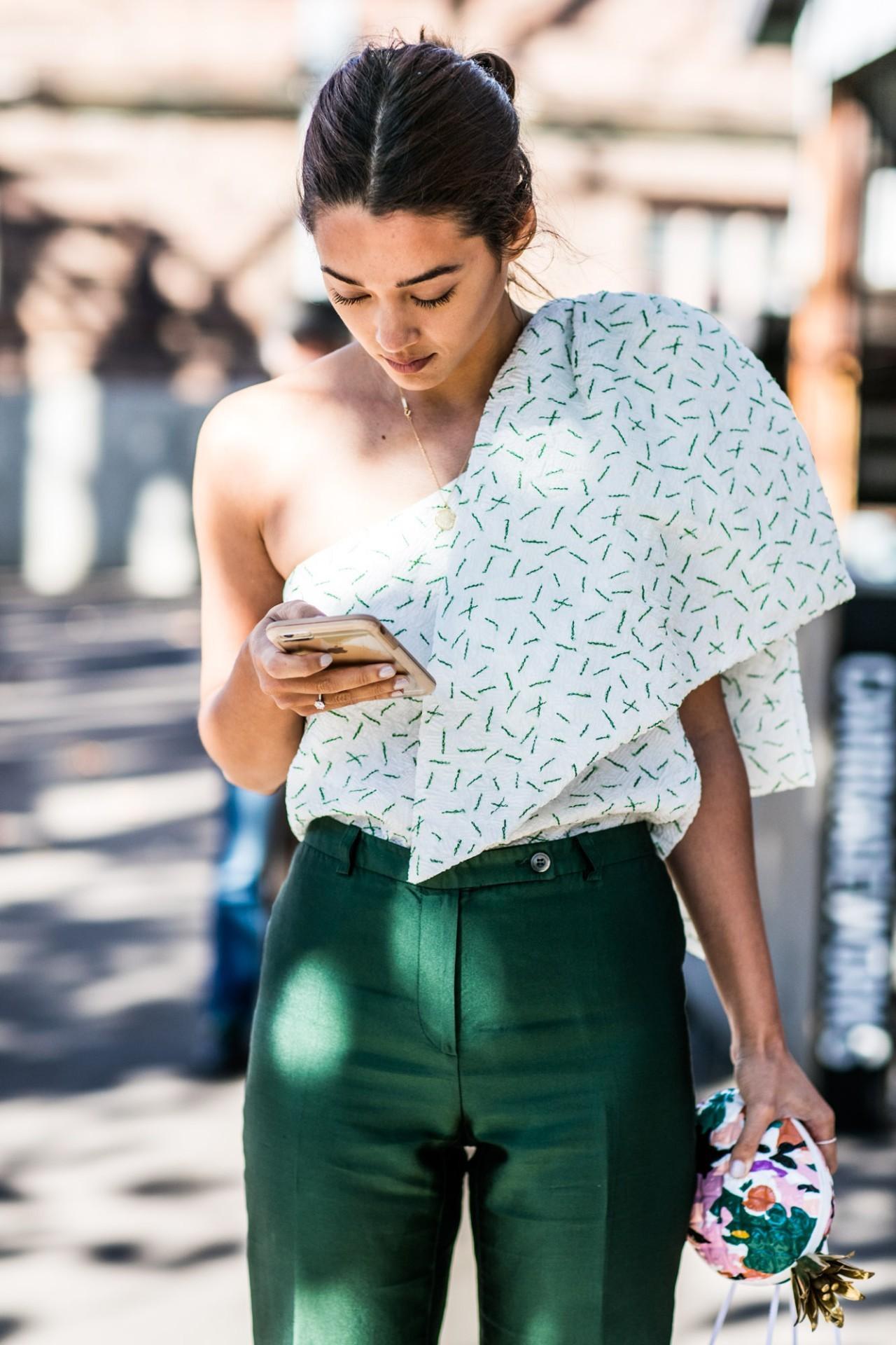 Những thiết kế áo lệch vai hot nhất trong mùa hè năm nay