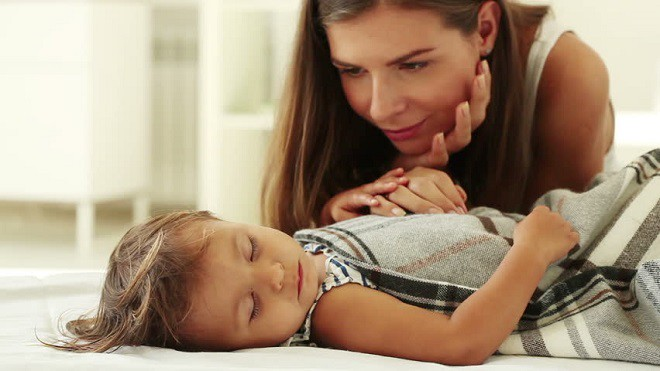 Những cách đánh thức trẻ không gây sát thương mà bà mẹ nào cũng nên biết để thôi đánh vật mỗi buổi sáng - Ảnh 1.