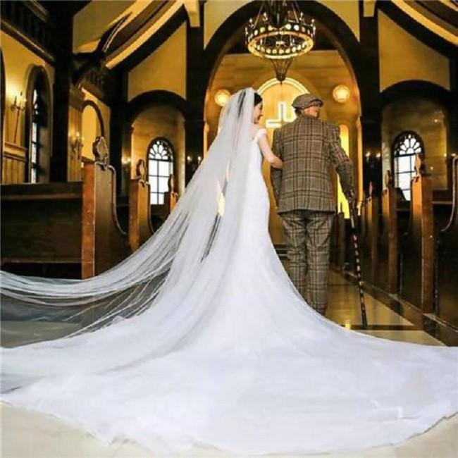 Thấy bức ảnh cô dâu xinh xắn với chú rể U90 chống gậy, ai cũng sốc nhưng sự thật phía sau ngọt ngào lắm - Ảnh 4.