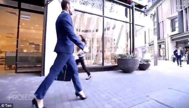 Nghe lời khuyên của nữ đồng nghiệp, người đàn ông đi thử giày cao gót tới công ty và nghiện lúc nào không hay - Ảnh 1.
