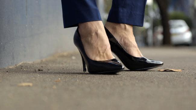 Nghe lời khuyên của nữ đồng nghiệp, người đàn ông đi thử giày cao gót tới công ty và nghiện lúc nào không hay - Ảnh 5.