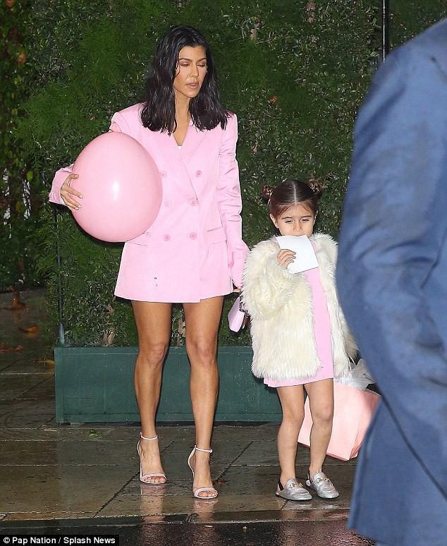 Dán băng keo để ngực không chảy xệ, chị cả nhà Kardashian bị hớ hênh khi hẹn hò phi công trẻ - Ảnh 5.