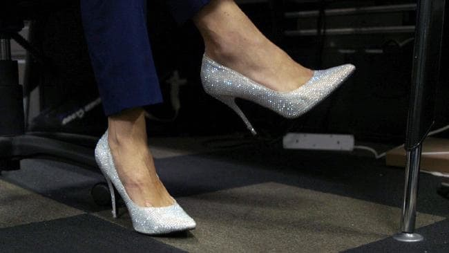 Nghe lời khuyên của nữ đồng nghiệp, người đàn ông đi thử giày cao gót tới công ty và nghiện lúc nào không hay - Ảnh 6.