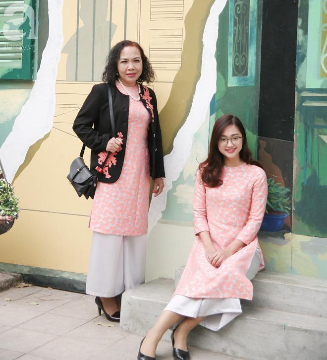Người Hà Nội xúng xính áo dài Tết chụp ảnh trước cổng vòm phố Phùng Hưng - Ảnh 2.