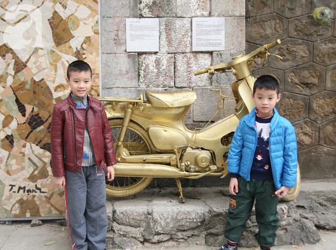 Người Hà Nội xúng xính áo dài Tết chụp ảnh trước cổng vòm phố Phùng Hưng - Ảnh 5.