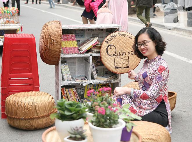 Người Hà Nội xúng xính áo dài Tết chụp ảnh trước cổng vòm phố Phùng Hưng - Ảnh 12.